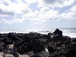 Wellen treffen auf Felsen