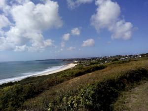 Unser Strand von oben, im Hintergrund Plouhinec und Audierne
